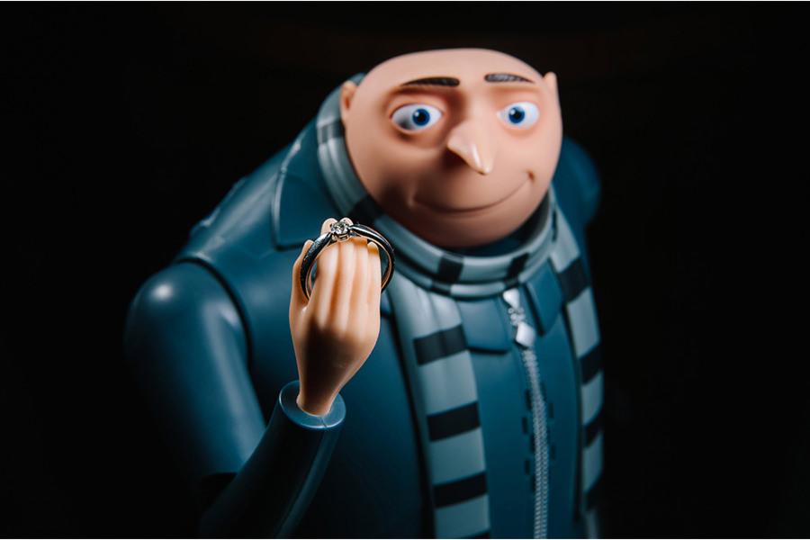 fotografía de anillos de boda en un muñeco gru