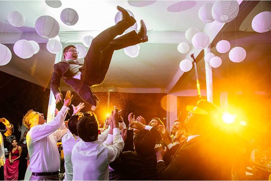 avientan al novio en una boda