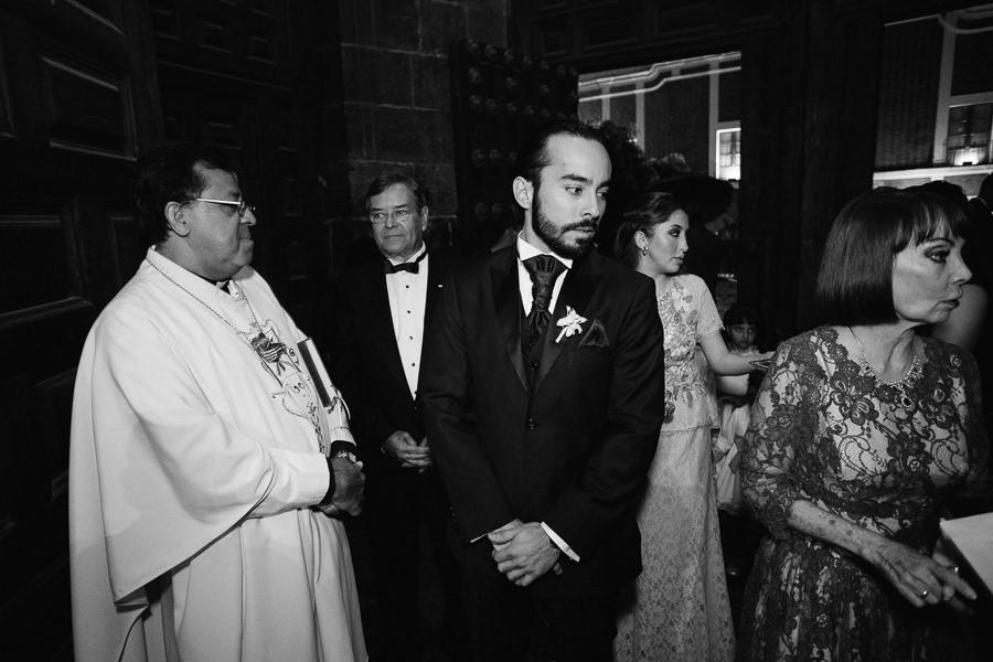 novio llegando a la iglesia - boda en puebla mexico