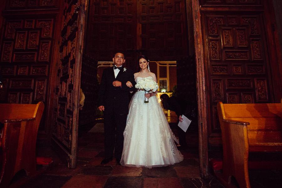 novia llegando a su boda en la catedral de puebla