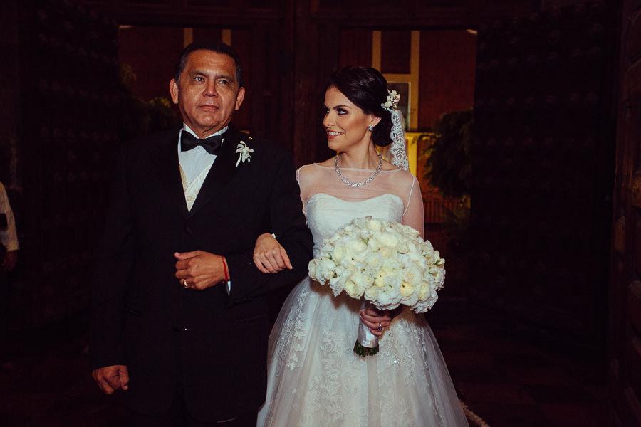 novia con su papa en la oda de la catedral de puebla