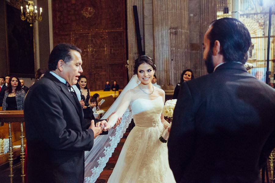 papa novia y el novio en la misa de la catedral