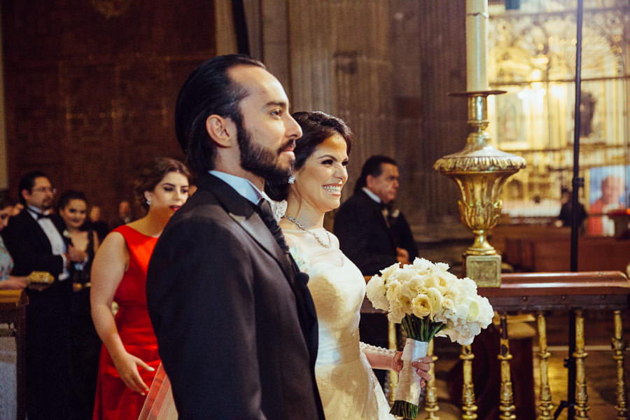 novios en misa de boda