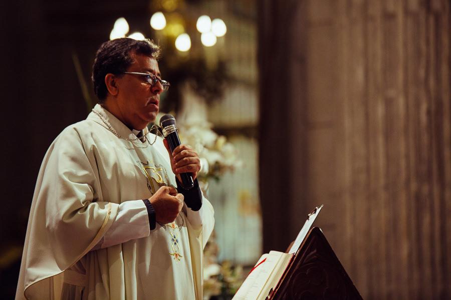 padre dando misa en la catedral de puebla