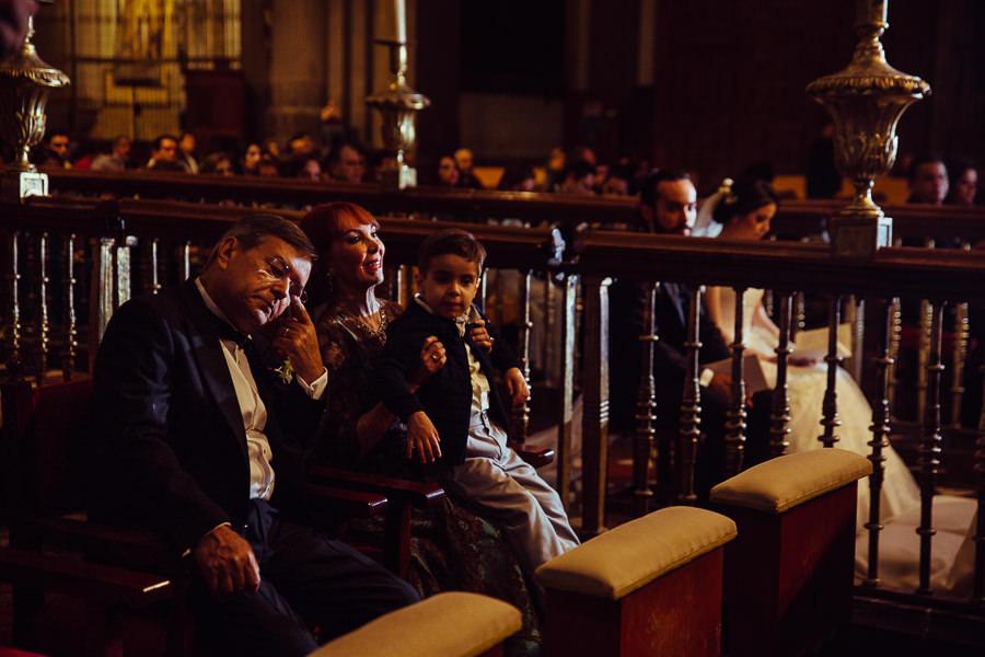 papas del novio en la misa