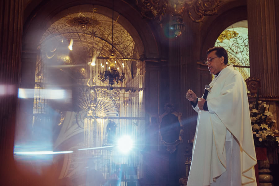 padre predicando la misa