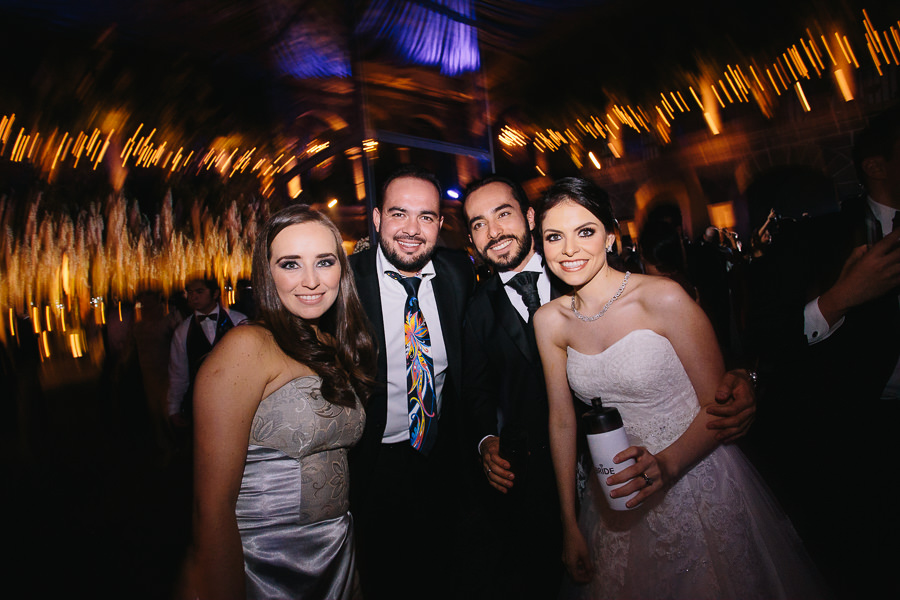 retratos con amigos de los novios - boda en museo de arte virreinal puebla