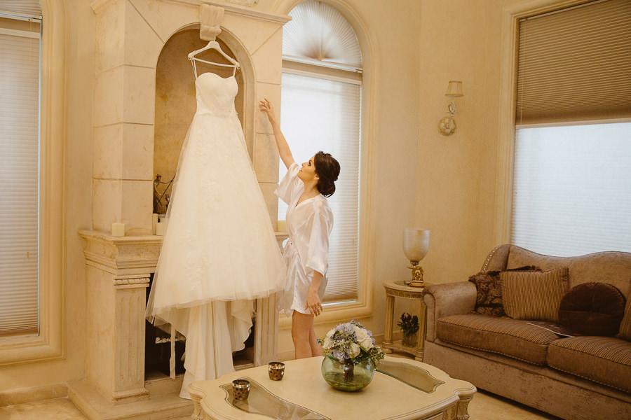 novia tomando su vestido - boda en puebla mexico