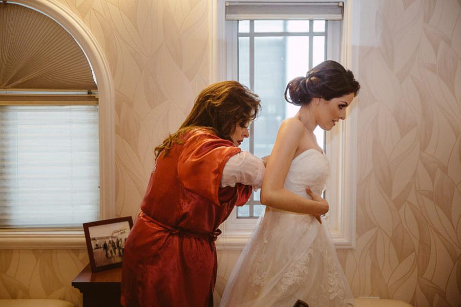 mama ajustando vestido de la novia - boda en puebla mexico