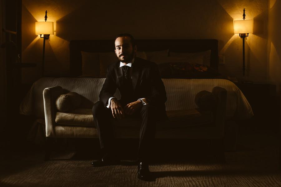 retrato del novio en su habitación - boda en puebla mexico