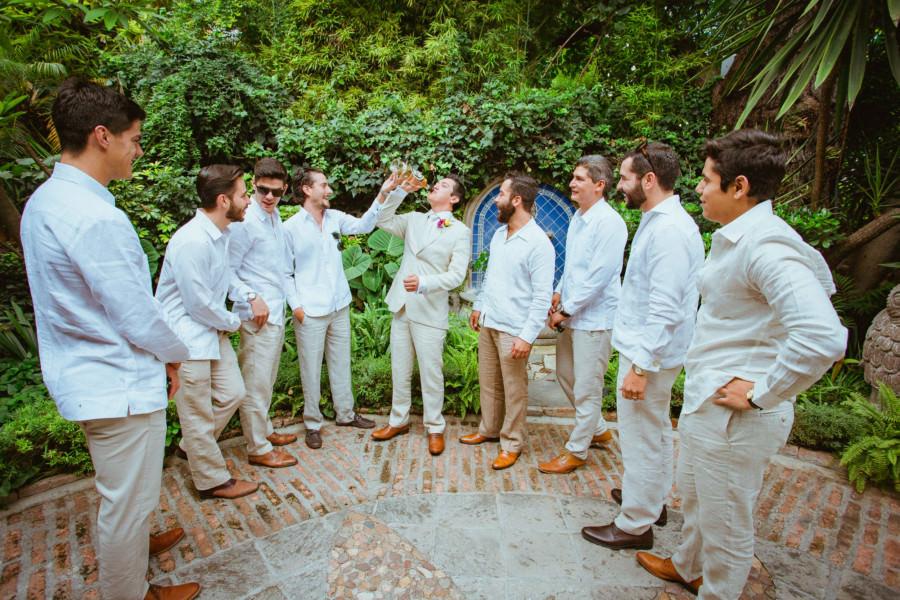 boda en san miguel de allende - damos de honor tomando con el novio