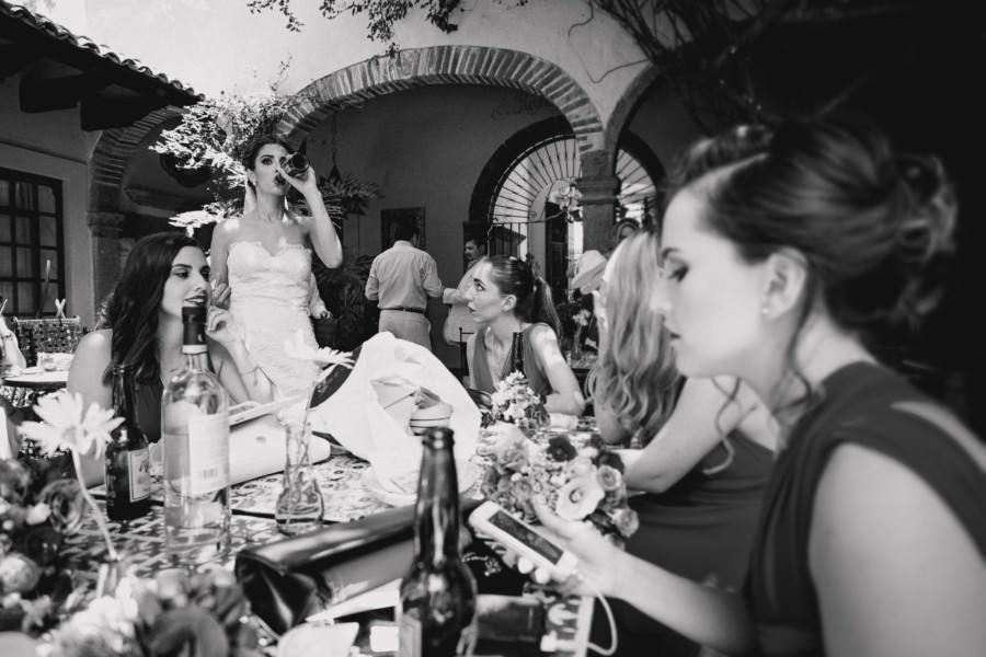 boda en san miguel de allende - damas y la novia tomando cerveza