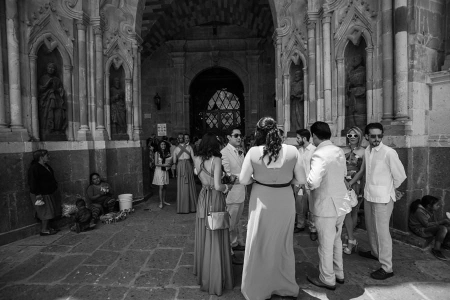 Parroquia de San Miguel Arcángel y los invitados de la boda