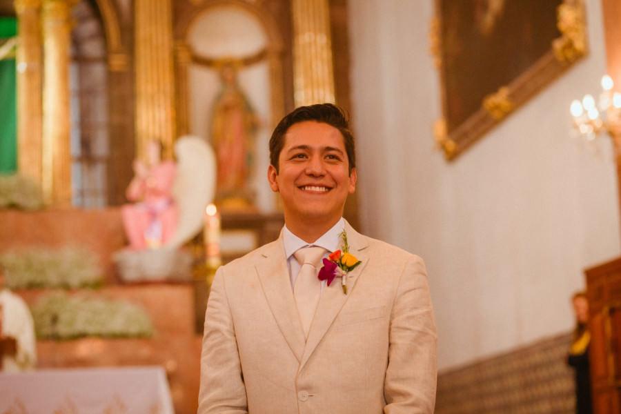 novio esperando en Parroquia de San Miguel Arcángel