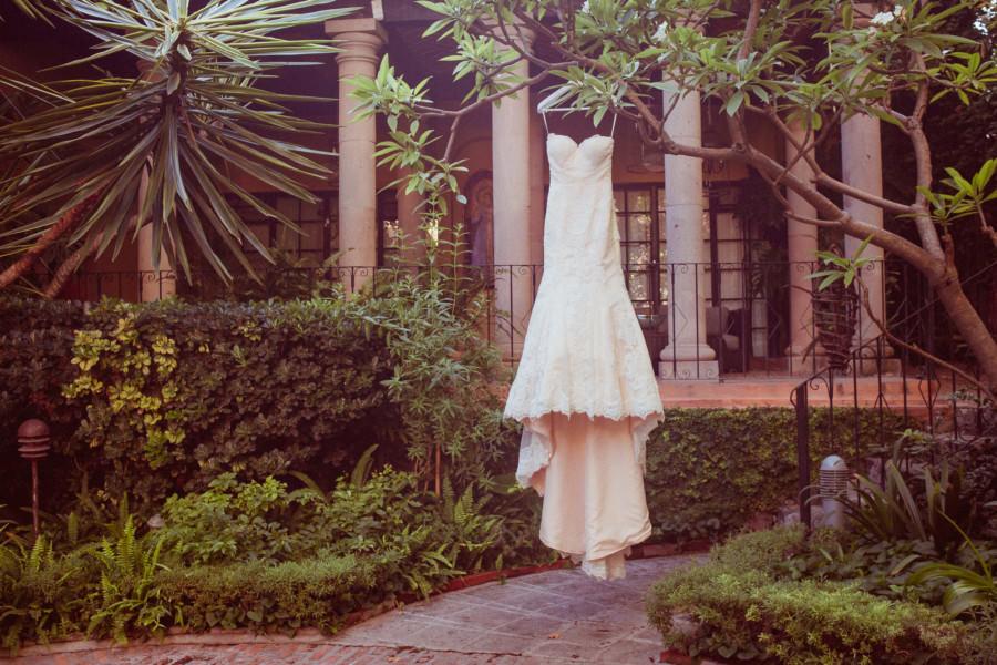 boda en san miguel de allende - el vestido de la novia en un arbol