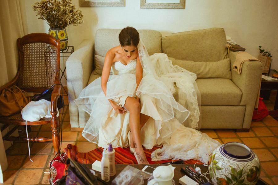 boda en san miguel de allende - novia alistando su liga