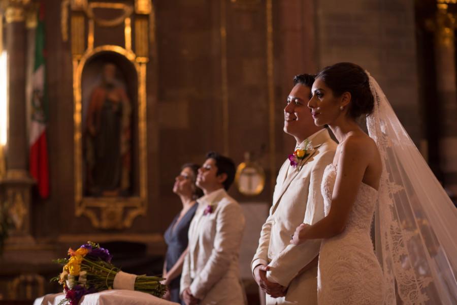 novios en la misa