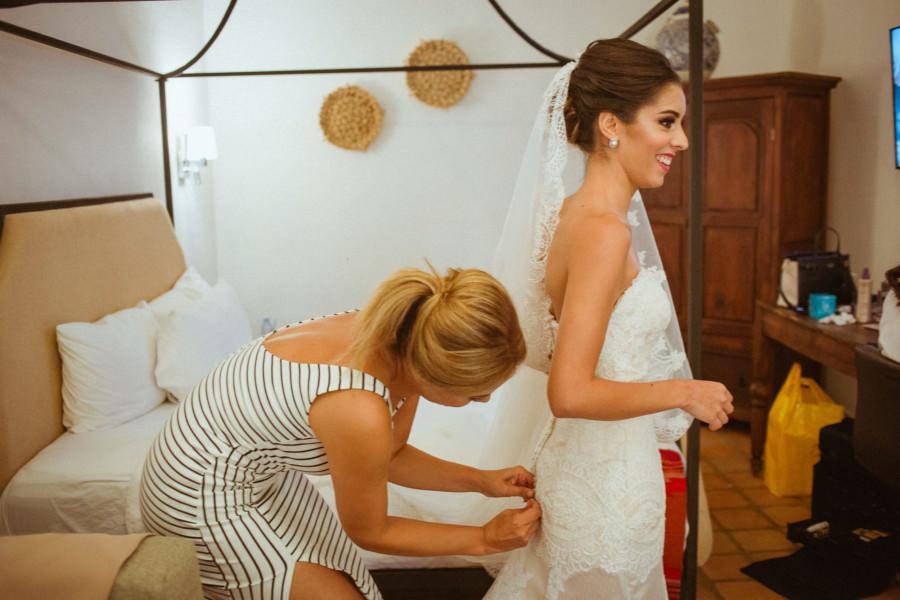 boda en san miguel de allende - mama ajustando vestido de la novia