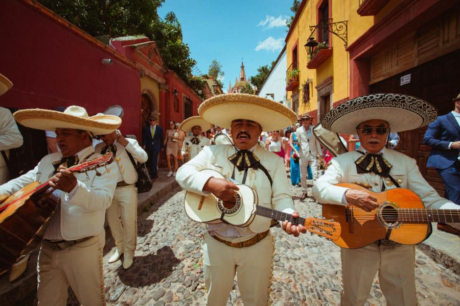 mariachis en callejoneada de san miguel de allende