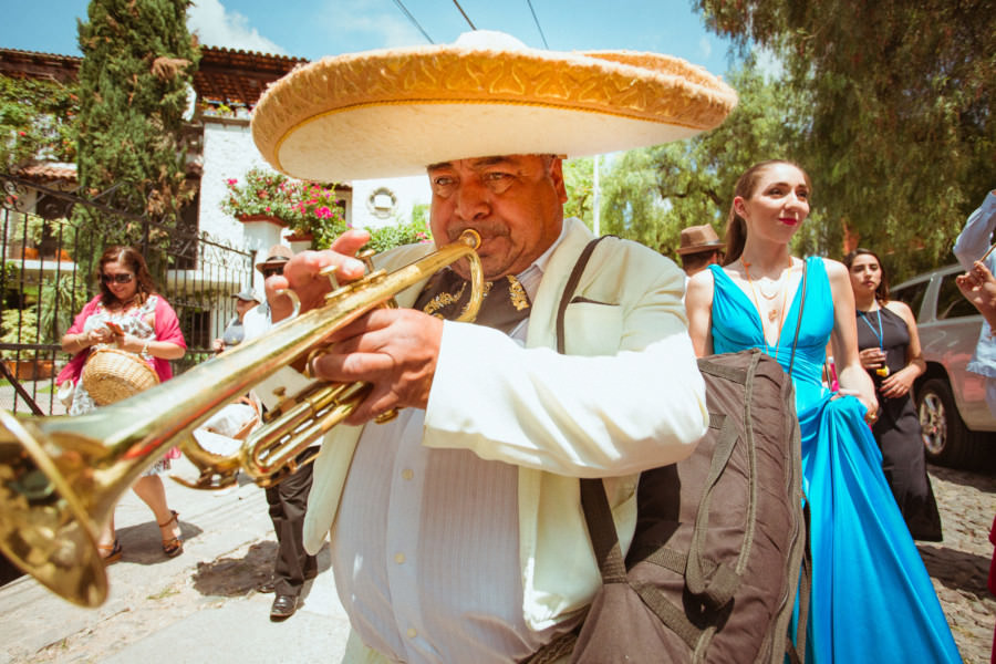 un mariachi en callejoneada