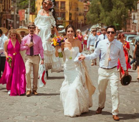 novios llegando a la boda en san miguel de allende