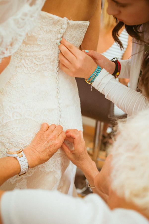 boda en san miguel de allende - damas ajustando vestido de la novia