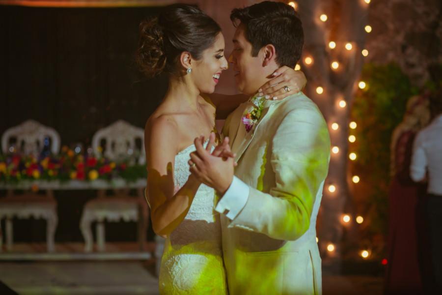 ana y raul bailan su primer vals en su boda en san miguel de allende