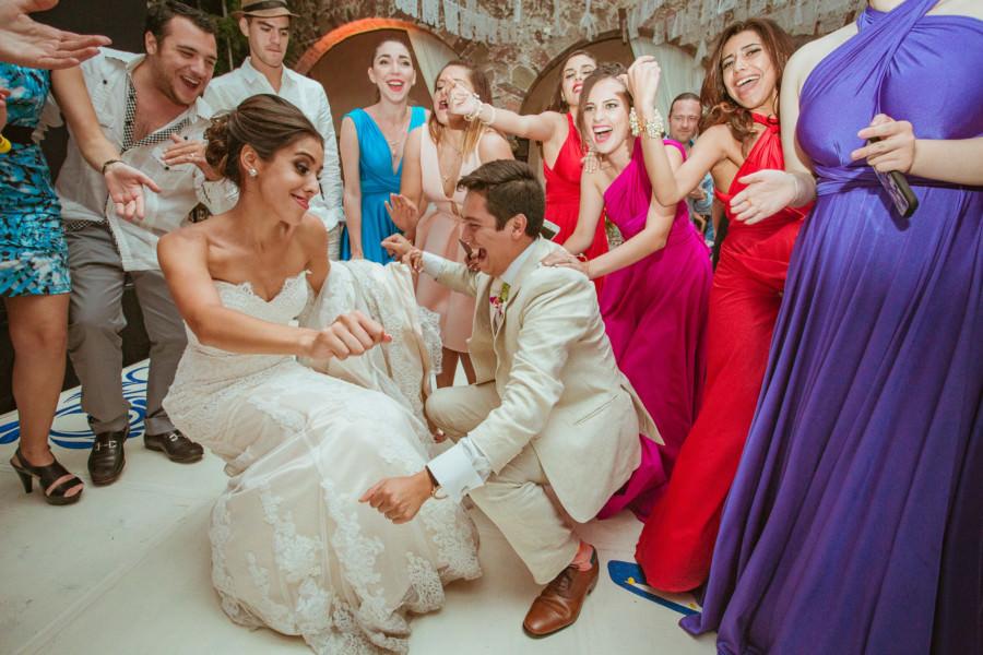 novios bailan en su boda