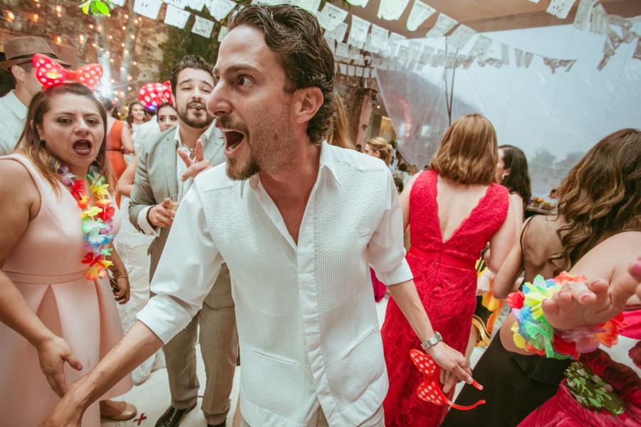 amigos bailando en su boda