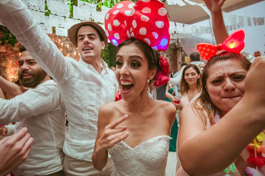 novia muy contenta en su boda en san miguel de allende