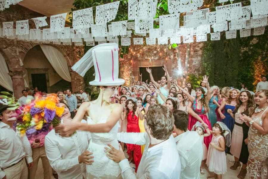 novia avienta el ramo en una boda en san miguel de allende