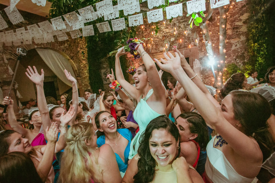 invitada cacha el ramo en una boda en san miguel de allende
