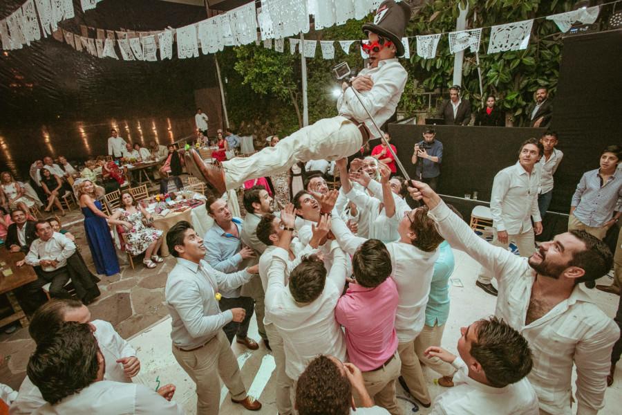 boda en san miguel de allende - avientan a raul en la boda