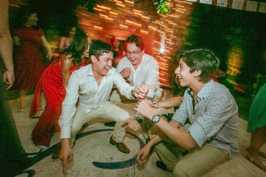 boda en san miguel de allende - bailando con los amigos