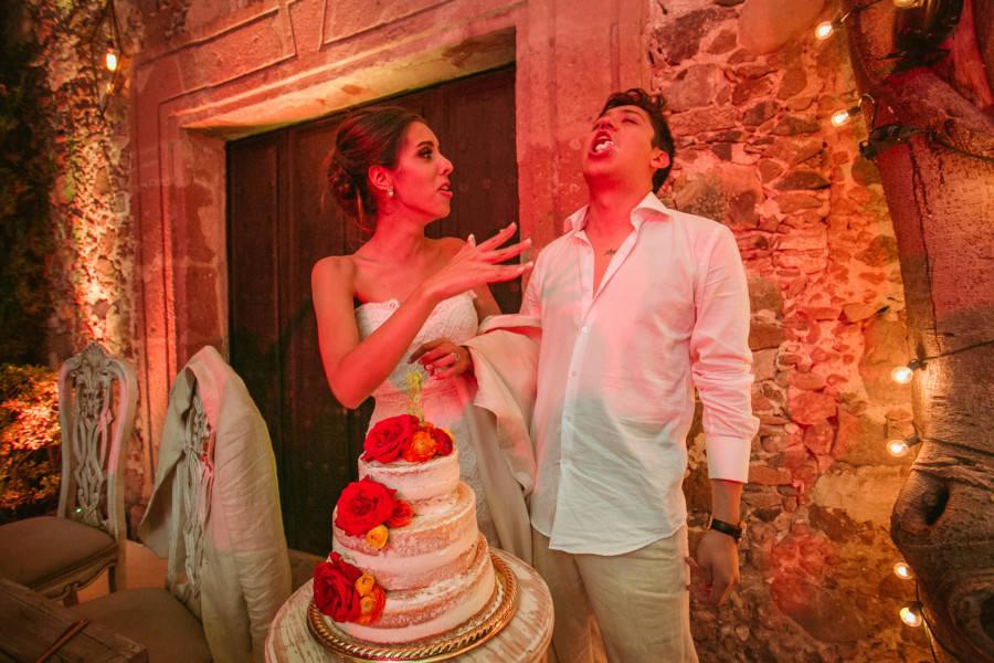 boda en san miguel de allende - partiendo el pastel