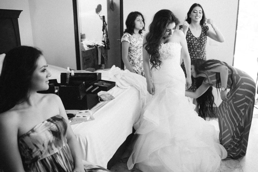 novia probandose el vestido