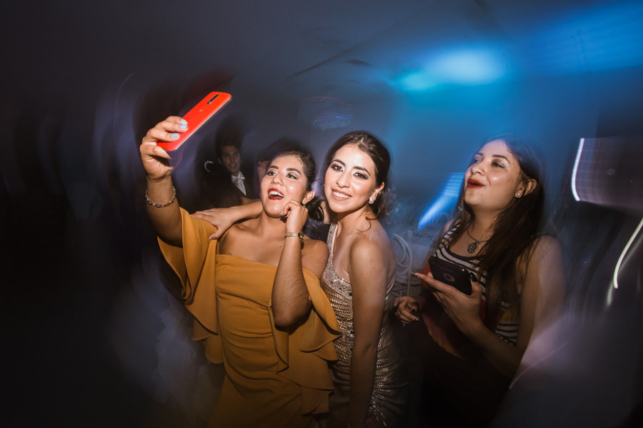 amigas de la novia tomandose selfie