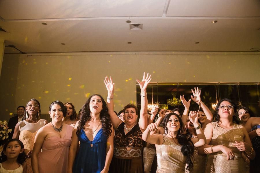 mujeres que quieren agarrar el ramo