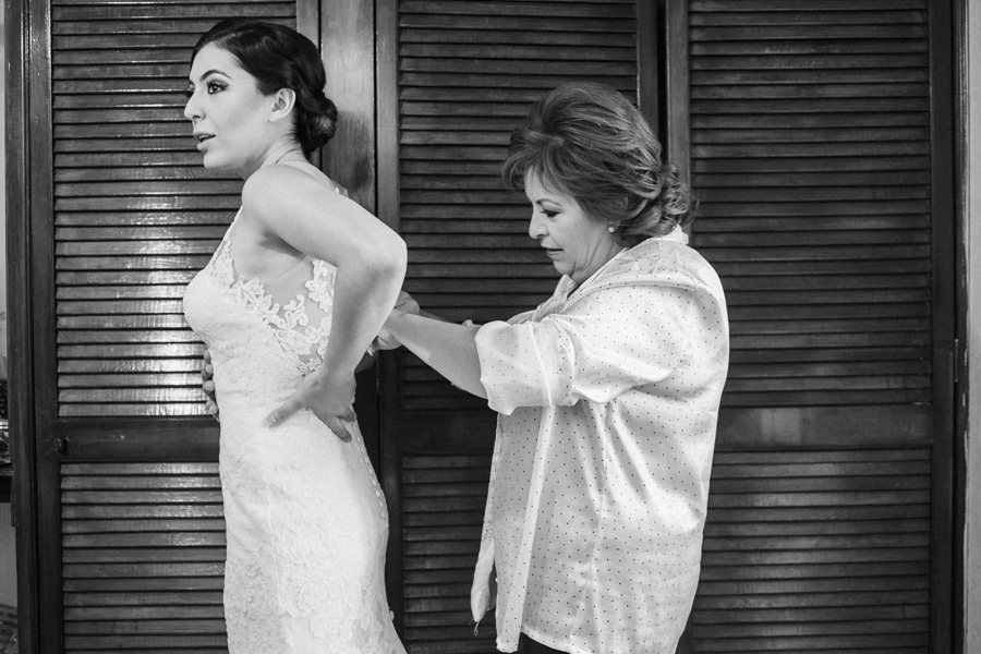 fotografia de elsa y su mama poniendose el vestido