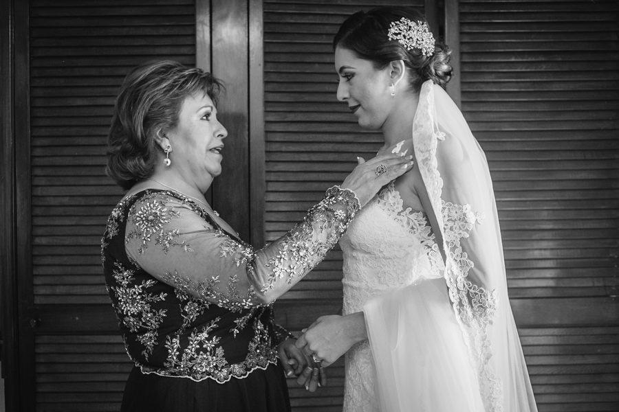 fotografia de la bendición de la mama a la novia