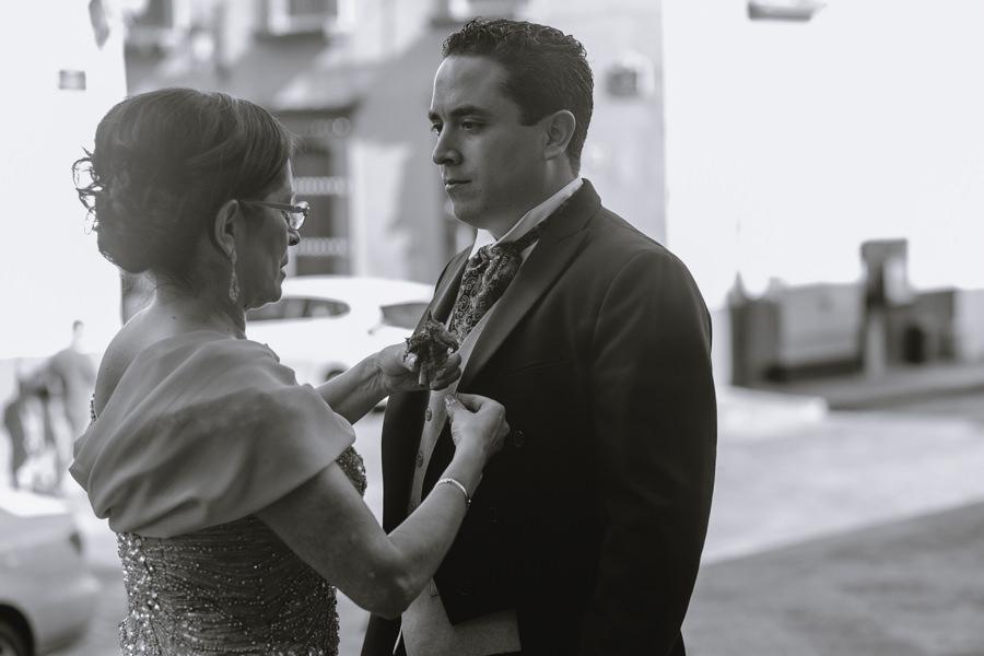 foto la mama del novio y el novio