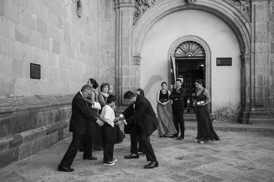 foto en blanco y negro de los invitados llegando a la iglesia