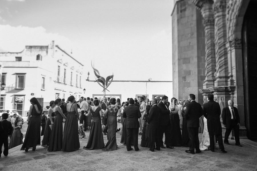 fotografía de los invitados al entrar a la iglesia