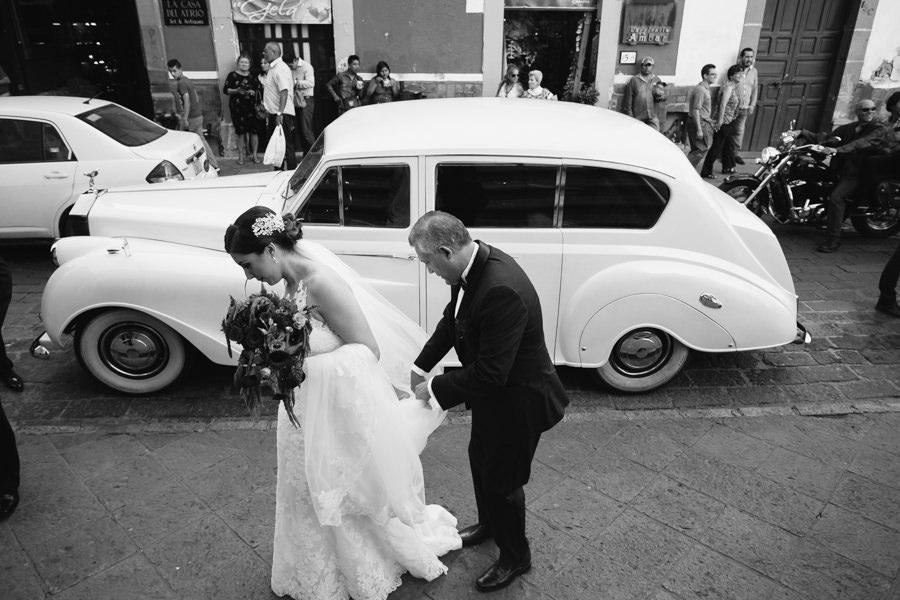 novia bajando del carro en una boda en queretaro