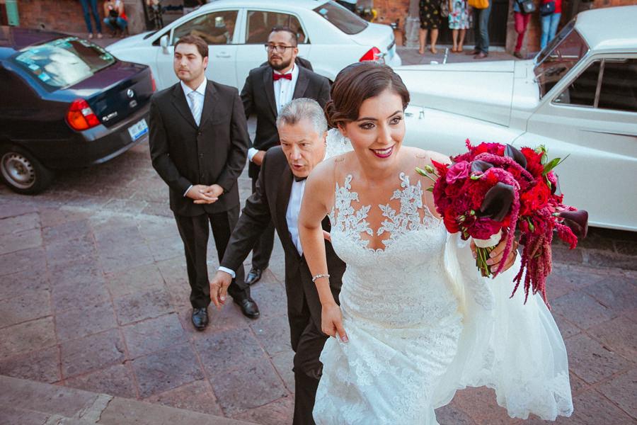 boda en queretaro - novia bajándose del carro