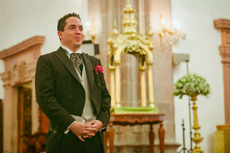 el novio esperando a la novia en el altar de la iglesia