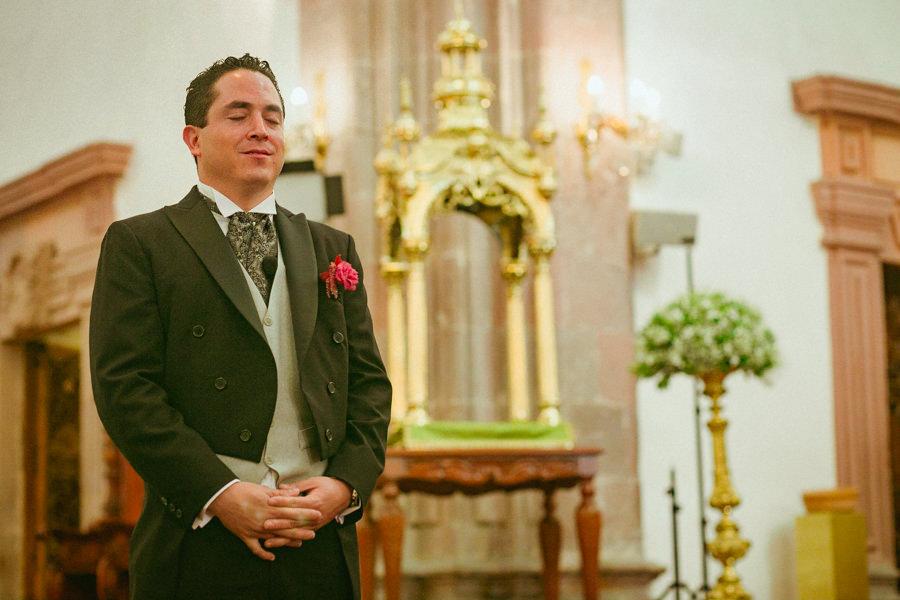 paco esperando a elsa en el altar de la iglesia