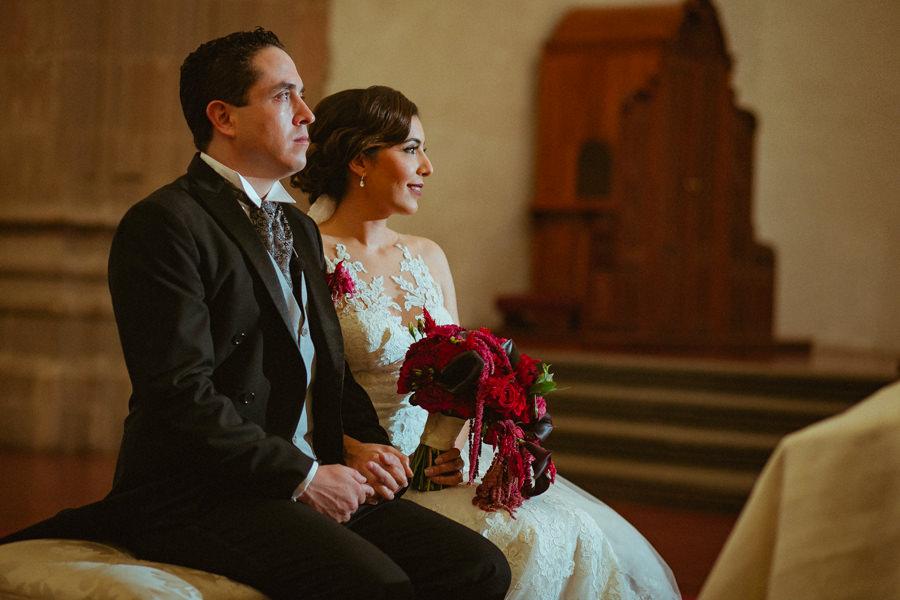 boda en queretaro los novios dentro de la iglesia
