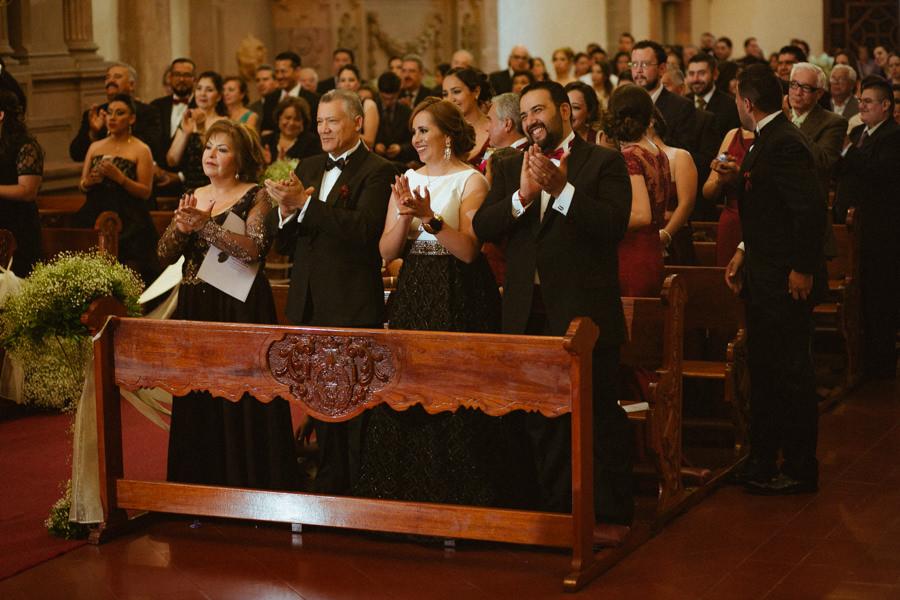 familiares de los novios aplaudiendo en la iglesia