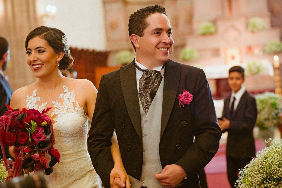 boda en queretaro, novios saliendo de la iglesia